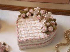 Délicieuse boîte cœur Shabby, velours beige rosé, galon et fleurs rose pastel : Décorations murales par l-atelier-des-songes