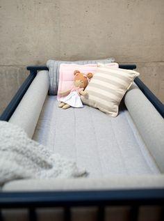 Roupa de cama e almofadas super macias e confortáveis de cores neutras, pra combinar com o quartinho do bebê. #lençol #cama #berço #bebê #decoração #maternidade #moletom #malha #roupadecama #neutro #almofada #kids #ideias