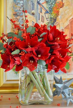 (En ydmyg Have: Knap så ydmygt) Red amaryllis and ilex bouquet