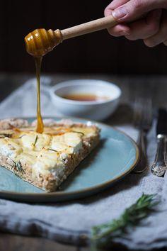 Am letzten Wochenende haben wir seit langer Zeit mal wieder selber Pizza gebacken. Im Moment essen wir sehr gerne herzhafte und gesunde Gerichte. Unser Kuchenbedarf ist Dank des Buchprojektes mehr als gedeckt. Daher haben wir uns überlegt mal wieder eine Pizza selber zu backen, mit Vollkornmehl und…