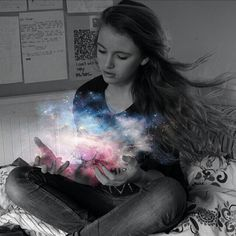 Il Gardh I Holding the universe in her hands