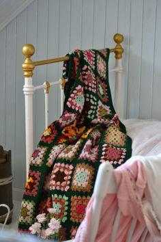 Granny blanket - tante monica. Tutorial, in Norwegian, here http://tantemonica.blogspot.be/2013/12/oppskrift-pa-bestemorruter.html