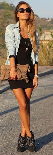vestido negro, camisa de jean y botas cortas
