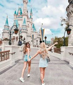 Disney Land🙈 Summer time should spend with friends. Bff Pics, Photos Bff, Friend Photos, Cute Disney Pictures, Cute Friend Pictures, Disney World Pictures, Travel Pictures, Travel Photos, Travel Ideas