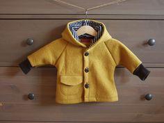 Eine tolle Jacke aus warmer, senffarbener Schurwolle (100 %). Der Stoff ist gewalkt. Die Bündchen sind aus weichem Bündchenstoff in dunkelbraun und die Kapuze ist mit weichem schwarz-weiß...