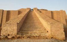 O templo Zigurate, um edifício de três camadas que datam de 2113 aC.
