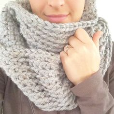 Crochet Scarf Ideas The chunky crochet infinity scarf - so cozy and soft and works up really quickly! Great last minute gift or beginner crochet project. Chunky Crochet, Easy Crochet, Knit Crochet, Beginner Crochet Projects, Crochet For Beginners, Crochet Scarves, Crochet Clothes, Crochet Stitches Patterns, Knitting Patterns