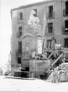La Fuentecilla de la calle de Toledo, pese a ser monumentalmente más modesta , también sería protegida de los bombardeos. Fotografías Ministerio de Cultura.