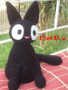 """Jiji é uma gatinha feita em amigurumi inspirada no anime """"Kiki's Delivery Service""""."""