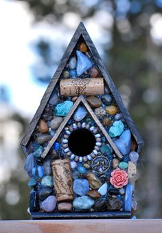 Mosaic Birdhouse with Agates, Love Birds, Roses and Wine corks River Rock Crafts, Mosaic Birdbath, Bird House Feeder, Mosaic Birds, Auction Projects, Mosaic Madness, Bird Boxes, Mosaic Diy, Mosaic Projects