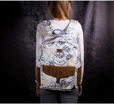 Jemný batoh pre romantičky je ideálny do školy. Je krémovej farby s  doplnkami z brúsenej b116a791b2