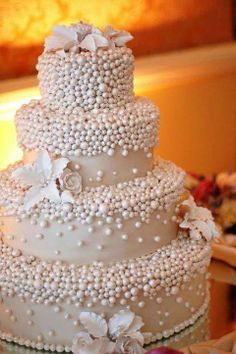 Beautiful cake with stunning pink & white pearl detail <3