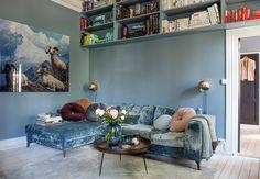 Interiørdesigner Karina Holmen liker å samle på ting, så lenge alt er nøye utvalgt og passer inn i helheten. Les historien bak de forskjellige tingene i stuen hennes.