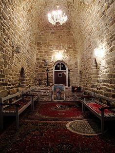 کلیسای کوه سر_ارومیه    کلیسای سیر در دامنه کوه سیر واقع است و به عنوان زیارتگاه مسیحیان می باشد.این کلیسا که قدمت آن به 1700 سال پیش باز می گردد، از زمان ساسانیان پا بر جا بوده و به دستور زنی به نام شیرین احداث گشته است. مصالح عمده استفاده شده برای ساخت این بنا سنگ لاشه است و ارتفاع آن به هفت متر می رسد.  آذربایجان غربی . ارومیه