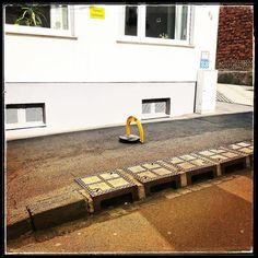In Koblenz haben die Bordsteine Henkel zum wegtragen...  http://perkins.photo #perkinsphoto #artistandstage #photography #perkins #munich #lenslife #münchen #oper #musical #theater #fotoblog #fshooting #thecreatorclass #storyportrait #happy #agameoftones #chasinglight #fun #makemoments #acolorstory #createcommune #photooftheday #follow #lightroom #instagood #amazing #me #instadaily #tbt #love