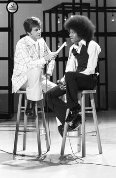 Dick Clark interviewing Michael Jackson - great old photo, and take a look at these clothes! This was that REALLY popular show, American Bandstand. Anybody else remember watching this? Paris Jackson, The Jackson Five, Jackson Family, Janet Jackson, American Bandstand, Hard Rock, Elvis Presley, Clarks, The Jacksons