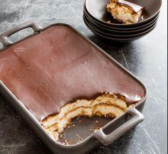 eclair cake with chocolate ganache * eclair cake ; eclair cake no bake ; eclair cake no bake graham crackers ; eclair cake with chocolate ganache ; eclair cake no bake easy desserts Low Carb Deserts, Low Carb Sweets, Keto Cookies, Eclairs, Keto Dessert Easy, Dessert Recipes, Low Carb Keto, Low Carb Recipes, No Bake Eclair Cake