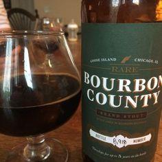 Cerveja Rare Bourbon County Stout , estilo Russian Imperial Stout, produzida por Goose Island Brewery, Estados Unidos. 13% ABV de álcool.