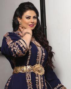 Image may contain: 1 person Morrocan Dress, Moroccan Caftan, Moroccan Style, Diy Fashion Videos, Caftan Gallery, Science Models, Eastern Dresses, Arab Wedding, Arabic Dress