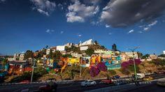 Boa Mistura, un collectif d'artistes basé à Madrid, a prouvé qu'il suffit de peindre les façades des bâtiments avec des couleurs très vives pour transformer complètement l'identité d'un quartier.  Pour leur dernier projet, La Colonia De Las Américas, le groupe s'est rendu à Querétaro, au Mexique, où ils ont utilisé le street art pour transformer les bâtiments gris, sans vie dans un magnifique projet d'art public.