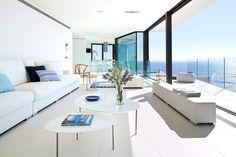 El sofá es de algodón blanco de Pere Ararà, ideal para la costa. | Galería de fotos 2 de 18 | AD MX