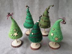 Here's 24 Christmas needle felting projects to get you in the festive spirit. Browse the collection and find your next needle felting project today. Felt Christmas Decorations, Felt Christmas Ornaments, Handmade Christmas, Christmas Lamp, Felt Diy, Handmade Felt, Felt Crafts Diy, Felted Wool Crafts, Needle Felting Kits