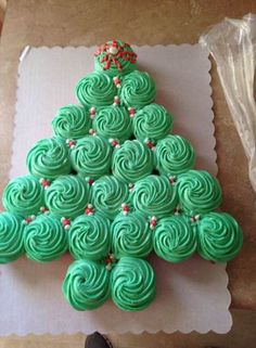 78 Classic Christmas Cake Decorating Ideas – Chicbetter Inspiration for Modern Women – Kuchen Rezept Christmas Cupcake Cake, Christmas Cake Decorations, Holiday Cakes, Holiday Desserts, Holiday Treats, Cupcake Wreath, Christmas Tree Cookies, Christmas Deserts, Christmas Party Food