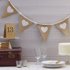 Süße Girlande aus Leinen mit tollem Herz-Design zur Dekoration für die Hochzeit.