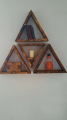 Wood Triangle shelf decor by EarthandAsh on Etsy Wooden Living Room Furniture, Wooden Pallet Furniture, Wooden Pallets, Diy Furniture, Pallet Shelves, Wooden Shelves, Diy Wood Projects, Woodworking Projects, Triangle Shelf