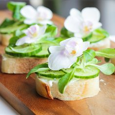 Cucumber Sandwiches with Edible Flowers! So pretty! Anyone know what kind of flower this is? I love the white  fresh green combo.