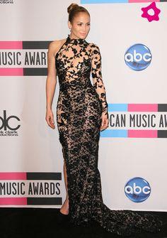 Hoy cumple 46 años y Jennifer Lopez sigue sin renunciar a su particular estilo sexy, muy ajustado y atrevido, aunque a veces también tiene algunos momentos más lady. Repasa lo mejor de JLo con nosotras. Así ha cambiado Jennifer Lopez. Vestido Largo De Seda, Vaporoso Vestido, Mujer De Rojo, Vestido De Baile, Mejor Vestido, Vestidos De Mujer, Vestidos De Fiesta, Vestidos Brillantes, Vestidos De Tirantes