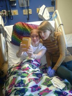 Taylor Swift Visits with Cancer Patients, Inspires Hope and Joy Taylor Swift Fan Club, Taylor Alison Swift, Pretty Selfies, Taylor Swift Wallpaper, Swift 3, Taking Selfies, Taylor Swift Pictures, Cancer, Aplastic Anemia