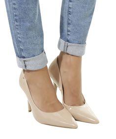 Scarpin desenvolvido em material com efeito envernizado. O modelo tem bico fino. O salto é médio e o solado é emborrachado que dá mais aderência e segurança ao andar.  Material: PU  Altura do Salto: 10cm Pumps, Heels, Heeled Mules, Footwear, 90s Style, Woman Shoes, Taupe, Closed Toe Shoes, High Heels
