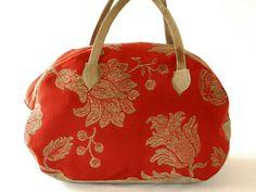 Fiore Rosso - Weiche und leichte Freizeittasche. Die Tasche bietet genügend Platz für alles, was frau für ein Wochenende braucht. Ist aber genauso im Urlaub als geräumige große Handtasche zu tragen. Der blumig gemusterte Stoff wird duch das Leder im Vintagelook zart hervorgehoben.        Materialien: Baumwoll-, Viskosegemisch und Rindsleder im Vintagelook      Innenfutter: Taft aus Kunstfasergemisch      Verschluss: Reißverschluss      Farbe: hellbraunes Rindsleder für Boden und Henkel