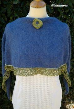 Petit châle, étole, tour de cou tricoté main bleu et vert et sa broche assortie : Echarpe, foulard, cravate par madilaine