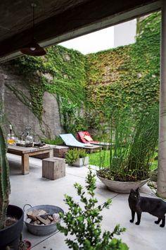 Ubicado en una estructura de hormigón, esta galería actúa como mirador al jardín y convierte a todo el espacio en un oasis dentro de la ciudad. #interiorescasas