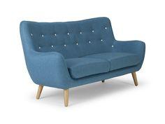 Wunderschön und herrlich bequem – das Sofa Frenco: Das Möbelstück ist der perfekte Platzspender im Wohnzimmer und ein Blickfang in jedem Zuhause: mit großer Sitzfläche und im Retro Style. Das Sofa ist auf einem massiven Hartholzgestell aufgebaut, Sitzkissen und Lehnen sind mit Stoff bezogen. Robust und bequem, einfach Wohnkultur zum Relaxen und Platz nehmen. Das …