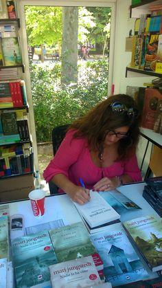 Mari Jungstedt firmando en la Feria del libro de Madrid 2014