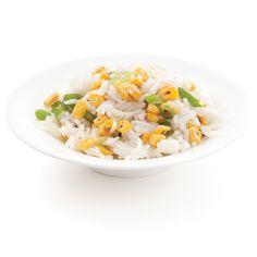 Ce qui fait la différence lorsqu'on sert du riz blanc en à-côté? La couleur ensoleillée du maïs grillé comme ici, ponctuée d'oignons verts!