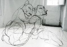 포르투갈에서 활동하고 있는 아티스트 David Oliveira의 와이어 조각상.   와이어를 가지고 공중에 '그린듯한' 조각상을 만듭니다. 종이에 그림을 그리듯 공중에 철사를 사용하여 조형물을 만드시는건데요. 현실속에서 착시효과를 불러 일으킵니다. 아티스트의 인물 조각상도 인상적이지만 David의 동물 조각상을 이번에 소개해드리려고 합니다. David이 작업하는 조각작품은 특정 각도를 통해서만 제대로 작품을 감상할수 있습니다.  사진으로 찍으면 위에서 보시는것 처럼 펜드로잉을 해논듯한 느낌을 받게 됩니다. 원래 대학교때 전공은 조각이였고 그중에서 세라믹에 중점을 두었다고 하네요. 근데 졸업하고 세라믹말고 다른 재료들을 찾다가 와이어를 접하게됬고 거기에 흥미를 갖게 되어 artistic anatomy를 전공하고 석사학위를 땄습니다. 해부학이 전공이다보니 사람, 동물의 골격구조등을 정말 잘 표현해내시는것 같네요. 더 많은 작품은 - davidoliveira 개인 웹사이트 혹시나…