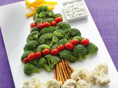 I don't eat any of these vegetables, but this looks like a really cute and easy way to put together a veggie tray for a Christmas party! Healthy Christmas Treats, Veggie Christmas, Christmas Tree Crafts, Christmas Snacks, Christmas Appetizers, Christmas Goodies, Holiday Treats, Christmas Fun, Holiday Recipes