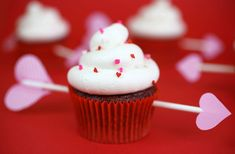 cupid's arrow cupcakes >> red velvet cupcakes with cream cheese frosting Valentine Day Cupcakes, Valentines Day Treats, Love Valentines, Holiday Treats, Holiday Recipes, Valentines Recipes, Holiday Candy, Holiday Desserts, Red Velvet Cupcakes