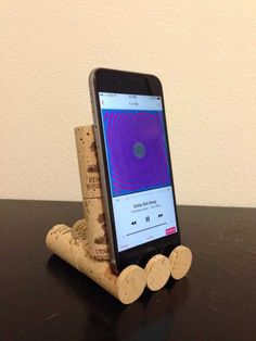 Las ideas de bricolaje fresco para su iPhone iPad Tabletas y móviles |  Los proyectos de la diversión para los cargadores, y Auriculares |  Corcho del vino iPhone Soporte |  http://diyprojectsforteens.com/diy-projects-iphone-ipad-phone/