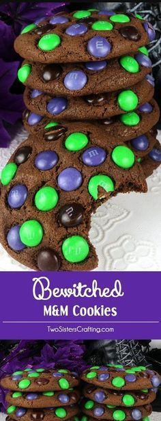 Bezauberte M & M-Kekse Bewitched M&M Cookies – super yummy, easy to make and chock full of colorful M&M's. This cookie recipe is a fun Halloween cookie that your family will clamor for. This is a Halloween dessert that will wow the guests at your Hallowee Halloween Snacks, Dessert Halloween, Hallowen Food, Fete Halloween, Halloween Goodies, Spooky Halloween, Halloween Stuff, Halloween Deserts Recipes, Vintage Halloween