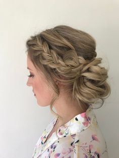 coiffure mariée romantique chignon avec tresse de côté chignon bas décoiffé cheveux longs blond miel Indian Wedding Hairstyles, African Hairstyles, Celebrity Hairstyles, Down Hairstyles, Prom Hairstyles, Crown Braid Wedding, Halo Braid, Wedding Updo, Chingon Hair