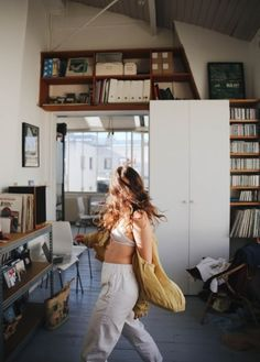 "🎇""The home should be the treasure chest of living.Com - 🌱Get Inspired with the Best Simple Studio Decor with TheSpacePoem. Looks Cool, Looks Style, Home Shooting, Models, Lifestyle, Cool Stuff, Vintage, Pretty, Beautiful"