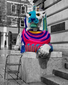 In James Clay spied this amazing yarn bomb on his lunch hour in Nottingham's Old Market Square so he took a photo. And I do love this photo — amazing work James! The yarn bomb was… Yarn Bombing, Graffiti, Textile Fiber Art, Fibre Art, Art Fil, A Level Textiles, Crochet Art, Guerrilla, Knitting Yarn