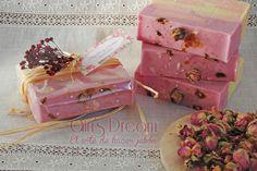 Jabón de rosa mosqueta envuelto en celofán, rafia y flores secas. https://www.facebook.com/airisdream