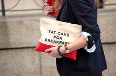 Já imaginou andar por aí portando um slogan no braço? Pois essa é a tendencia fashion entre as bolsas clutches, ao menos lá fora. - Veja mais em: http://vilamulher.com.br/moda/noticias-de-moda/slogan-clutches-bolsas-que-tem-algo-a-dizer-14-1-35-1631.html?pinterest-mat