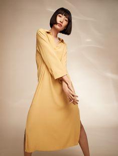 Pehmeäpintainen mekko on kesän käytännöllisin asu. Joustava trikoomekko on omiaan mökillä tai takapihalla puuhasteluun, mutta oikein asustettuna tarpeeksi skarppi myös kaupungille. Asu, Home Trends, Fashion 2020, Summertime, Fashion Looks, High Neck Dress, Dresses, Turtleneck Dress, Vestidos